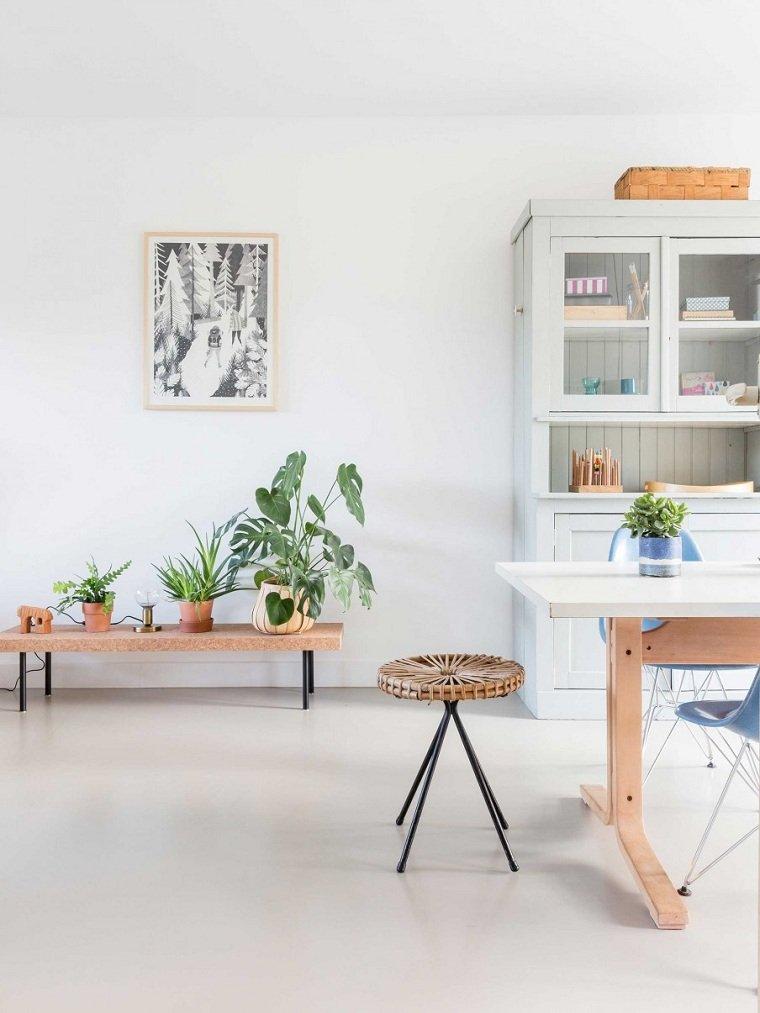 casa blanca-llena-plantas-muebles-madera
