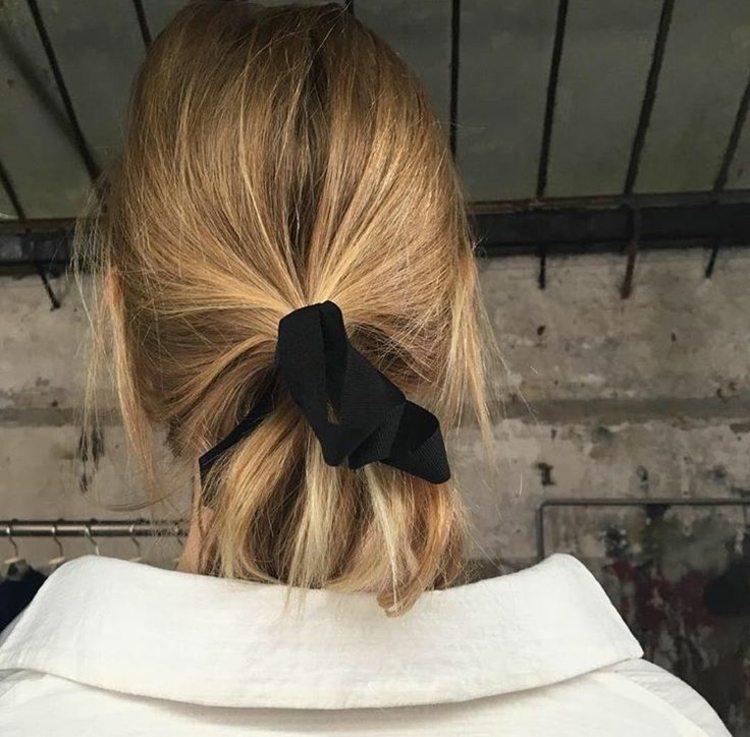 cintas negras adornando peinado