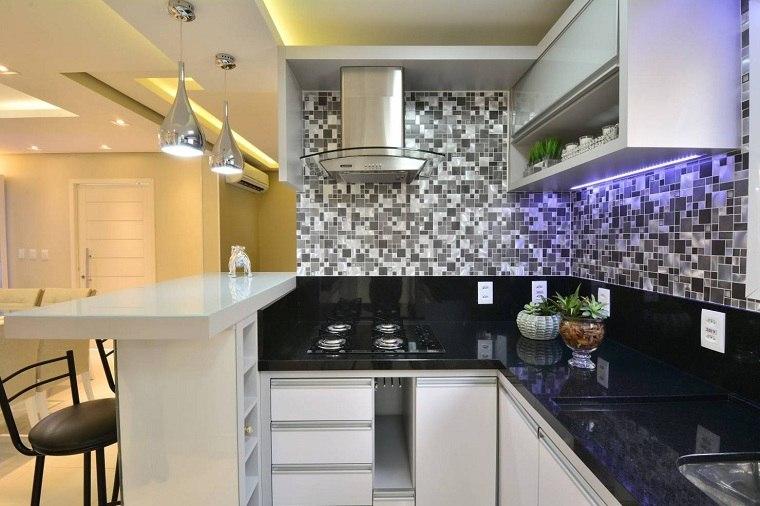 cocina-de-granito-negro-diseno-lugar-pequeno-forma-L