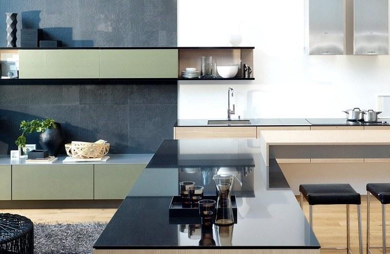cocina-de-granito-negro-diseno-moderno-abierto-salon