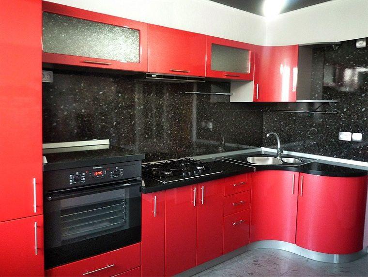 cocina-de-granito-negro-diseno-muebles-rojos