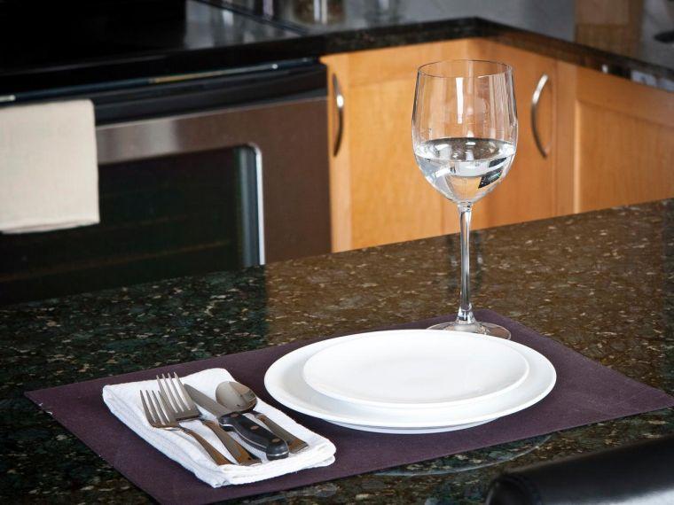 cocina-de-granito-negro-encimeras-estilo-modero