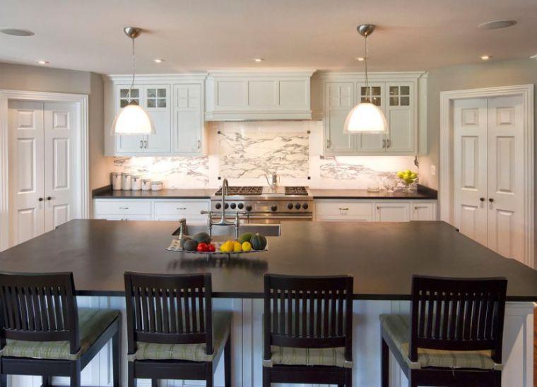 cocina-de-granito-negro-isla-grande-muebles-blancos