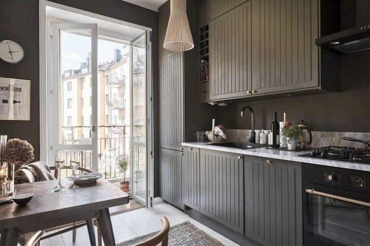 cocina-diseno-escandinavo-gris-oscuto-encimeras-blancas