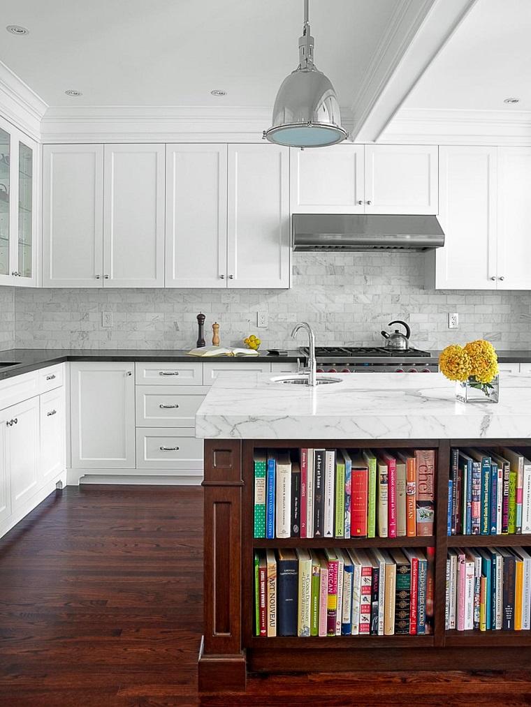 cocina-isla-diseno-estantes-libros-encimera-marmol