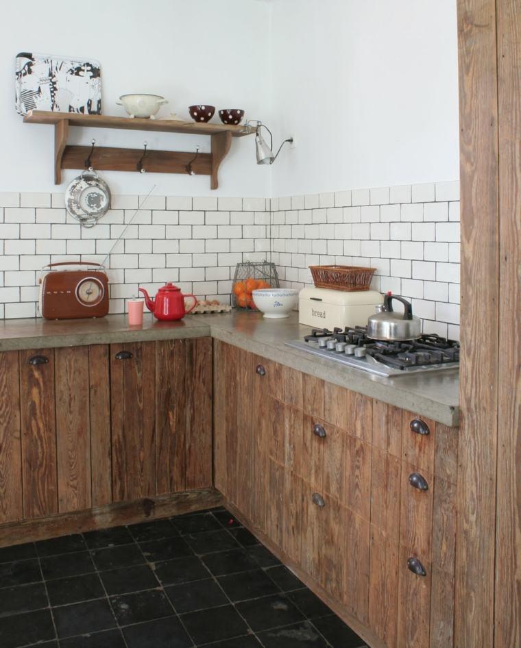 cocinas-rusticas-fotos-muebles-madera-salpicadero-losas-blancas