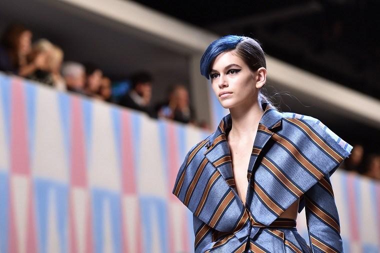 cortes-de-pelo-modernos-flequillo-azul-estilo