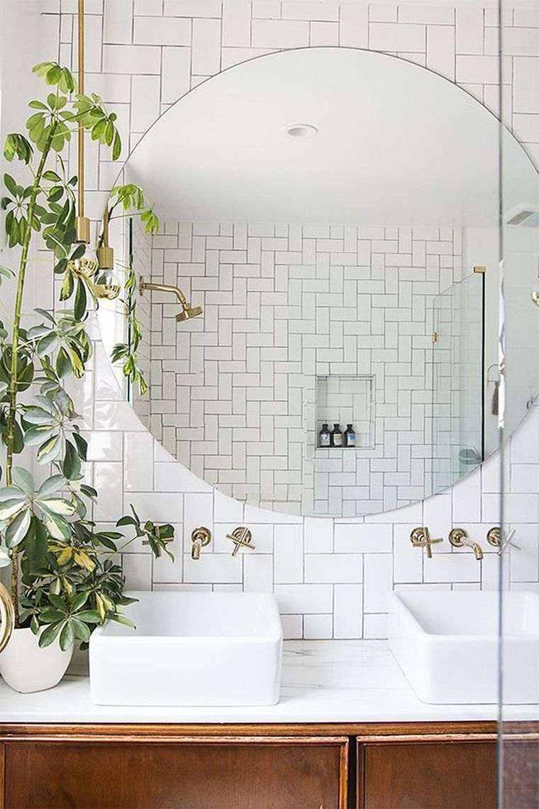 diseño de baño con espejo grande