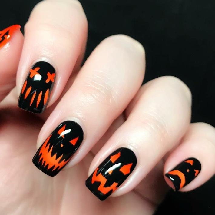 diseños de uñas fondo negro naranja