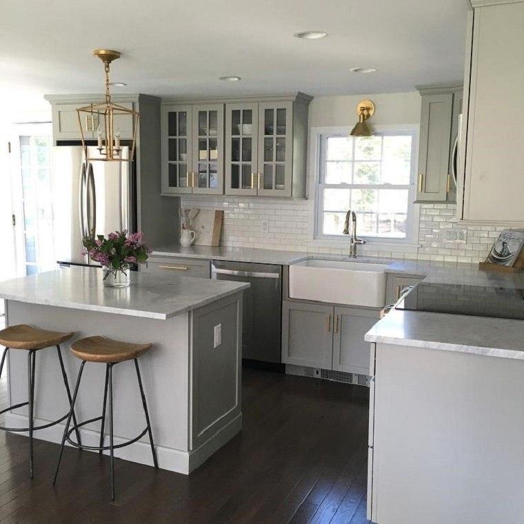 Cocina moderna de color blanco con espacios amplios y abiertos -
