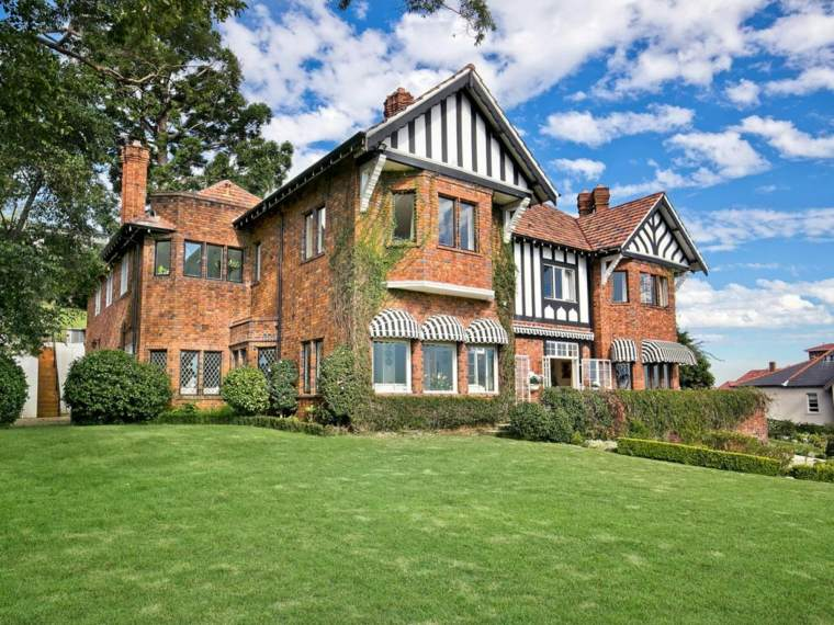 Fachadas de casas de piedra modernas cl sicas y for Casas modernas clasicas