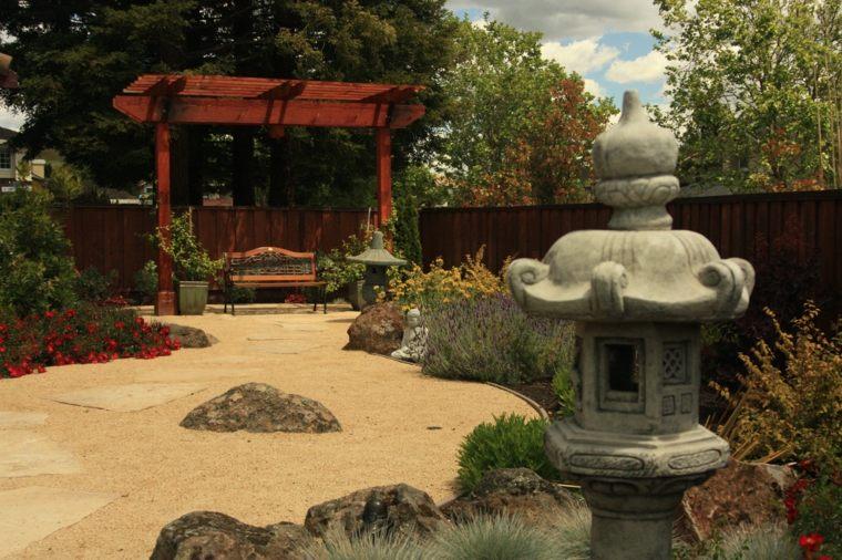 jardin-zen-pergola-madera-exterior-amplio-diseno