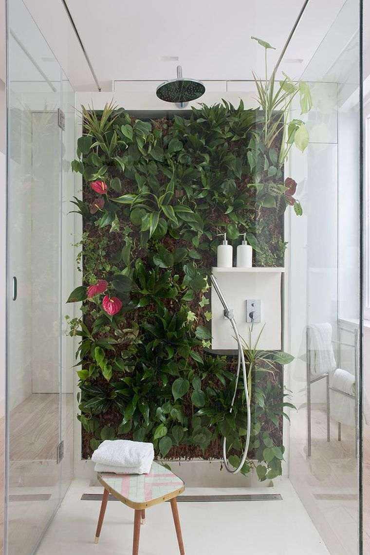 diseño de baño con jardín vertical