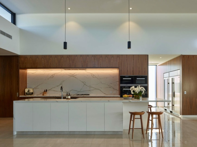 marmol-blanco-pared-encimeras-cocina-Ellivo-Architects