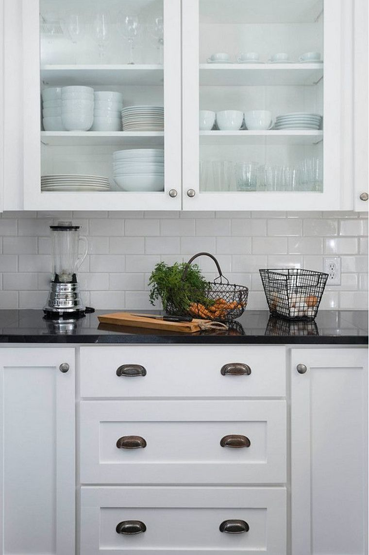 muebles-blancos-cocina-encimera-granito-negro