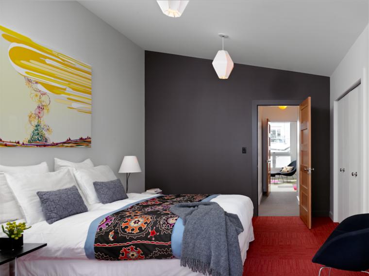 diseño de habitación con pared de acento oscura