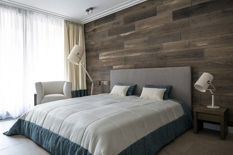 habitación con pared de acento de madera