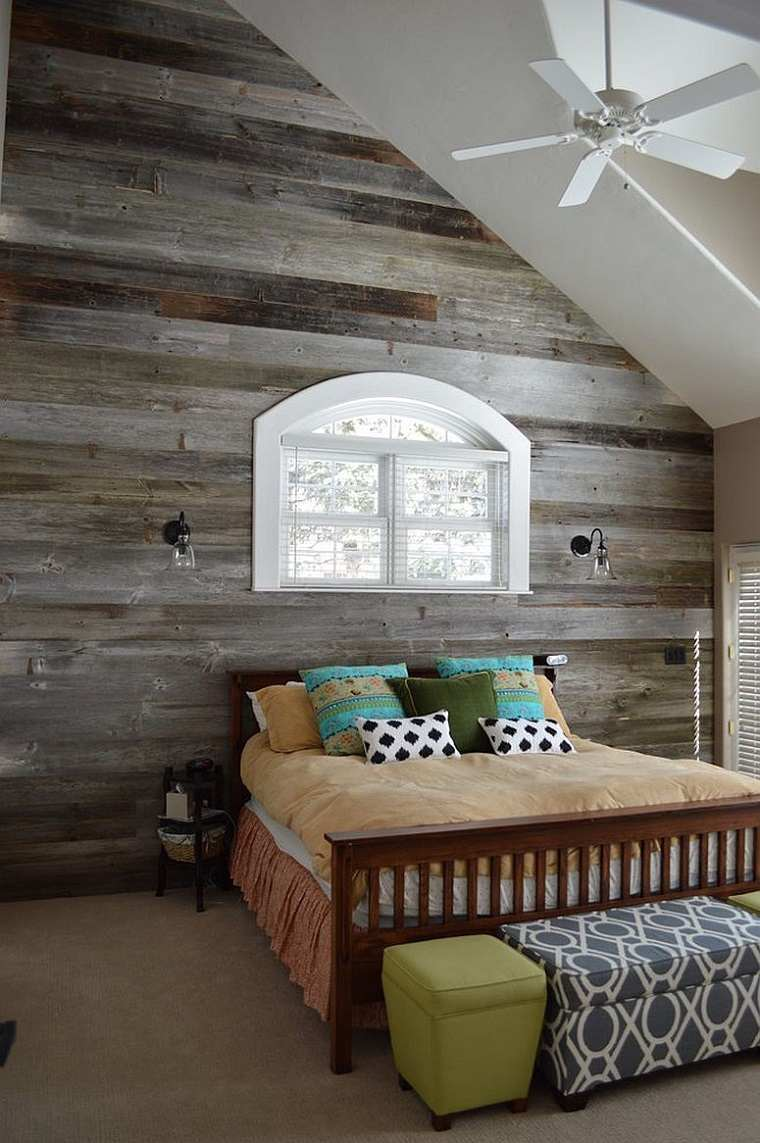 habitación con pared de madera