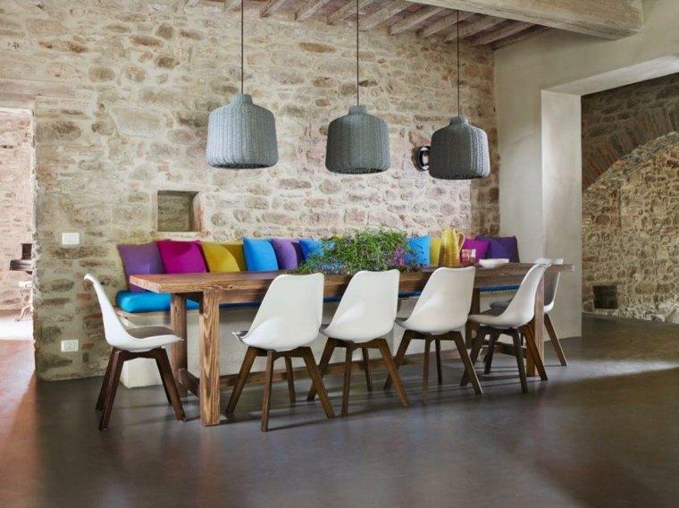 paredes de piedra-banco-cojines-distintos-colores