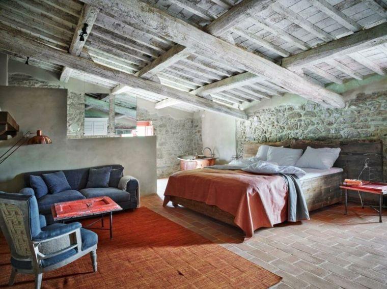 paredes-de-piedra-pared-abovedada-madera-dormitorio-amplio