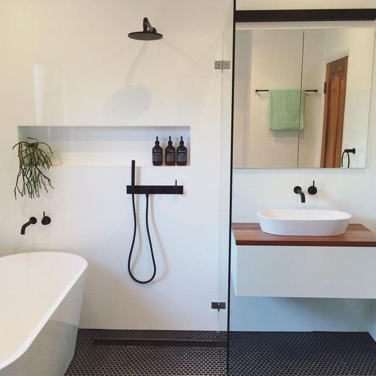 baños modernos con azulejos en el suelo
