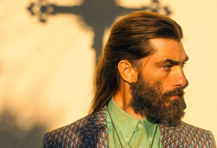 peinados-para-pelo-largo-hombre-recogido-cola