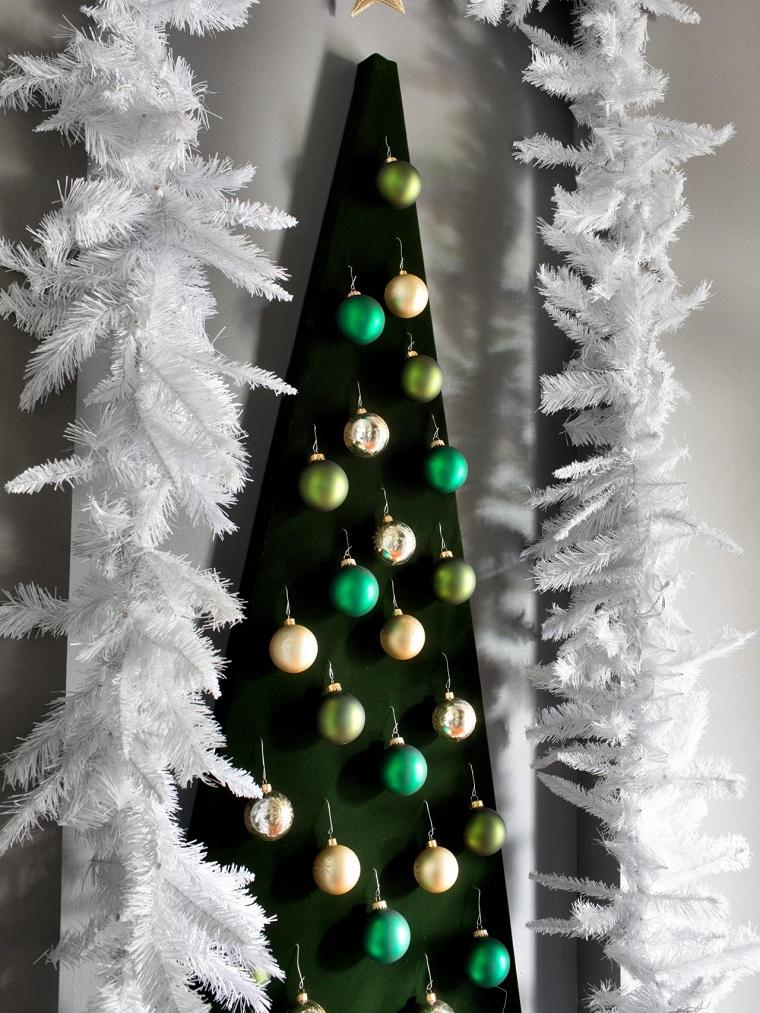 arbol-montado-pared-estilo-moderno-bolas-verdes
