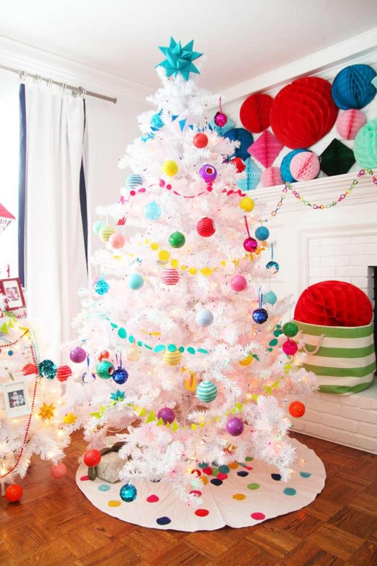 árbol blanco con adornos de colores