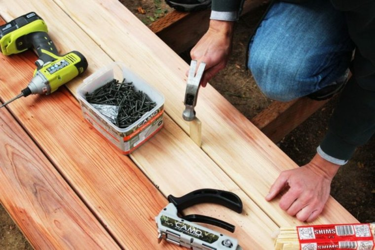 atornillar los listones de madera