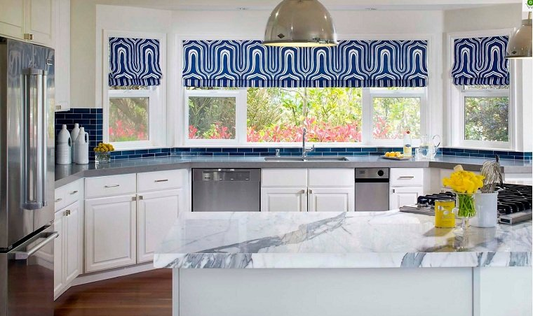 colores-basicos-azul-decorando-cocina-blanca