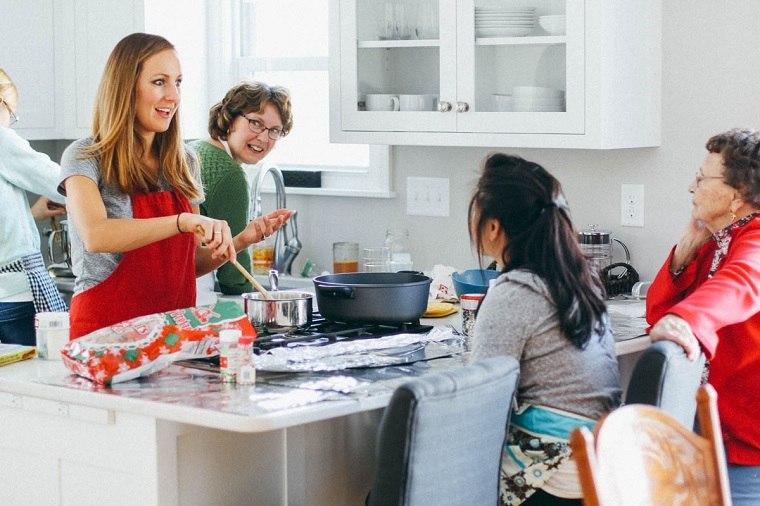 comida-fiesta-navidad-preparacion-amigos