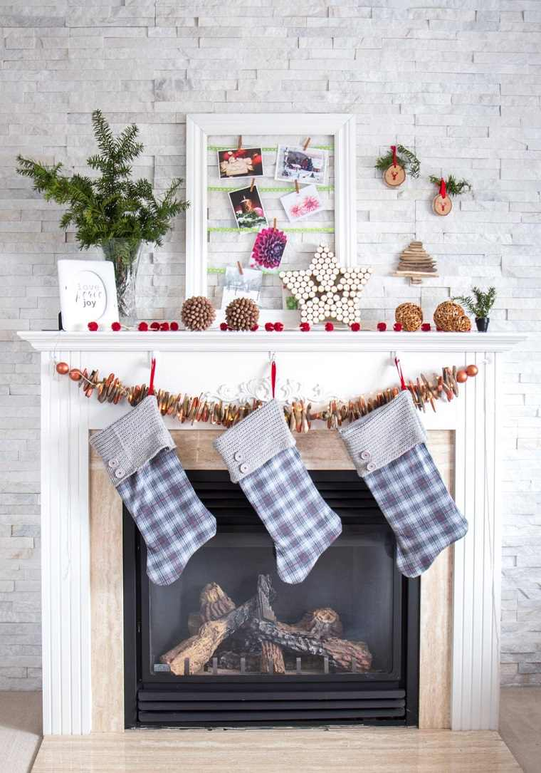 cómo hacer adornos de navidad-calcetines-chimenea-decorada