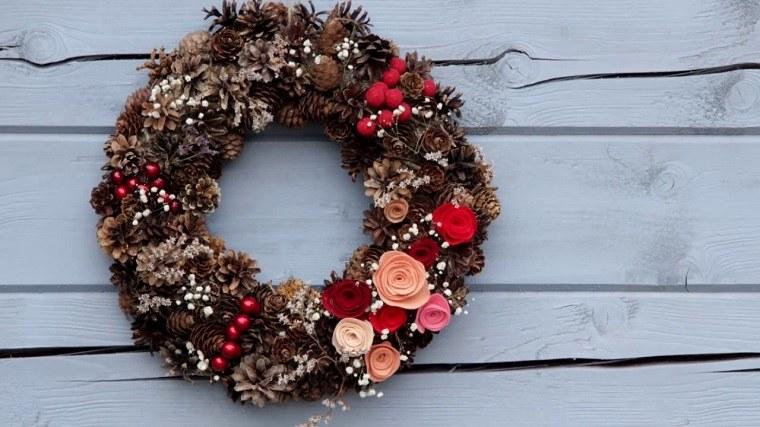 decorar-navidad-corona-pinas-estilo-moderno