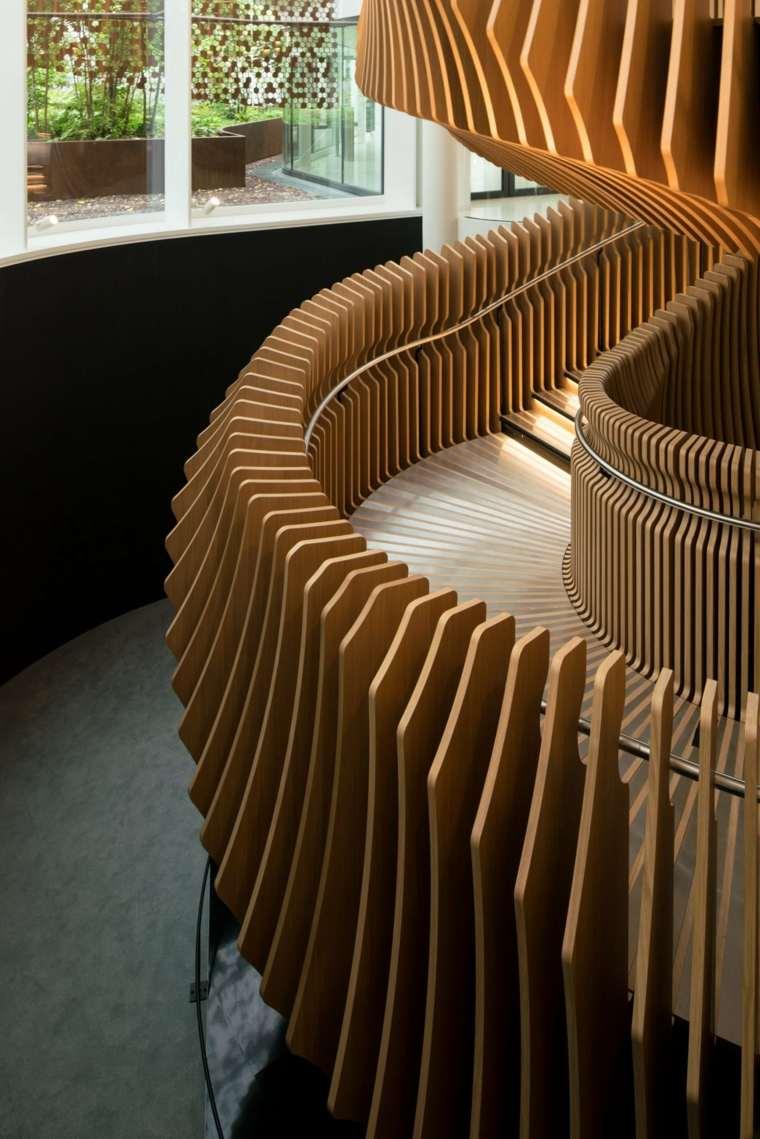 escaleras de madera pasamanos