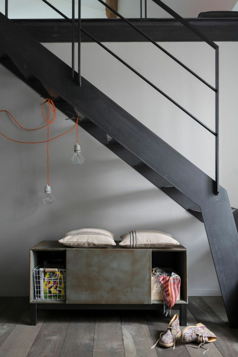 escalera-y-armario-gris