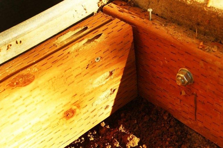 perforar agujeros en un lado de los tableros doblados