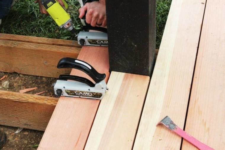 montar una plataforma de madera para el jardín