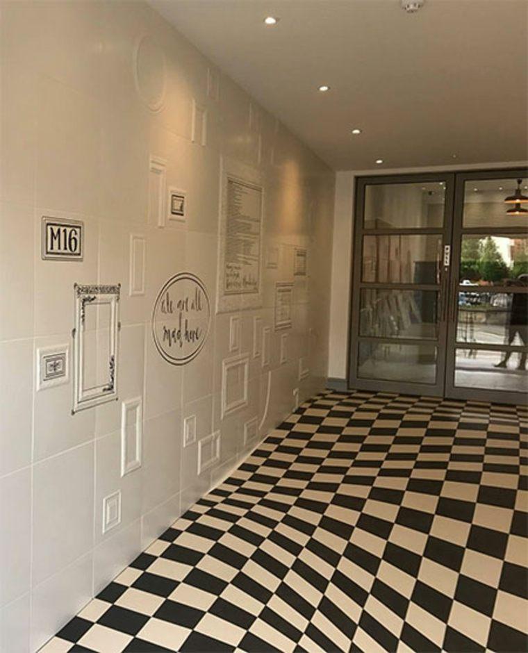 suelo de azulejos que forma ilusiones ópticas