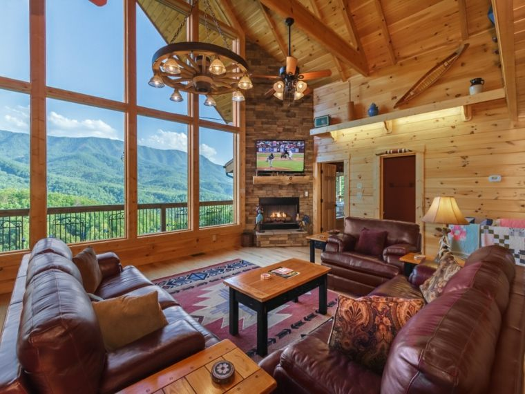 bonito diseño de interior con chimenea