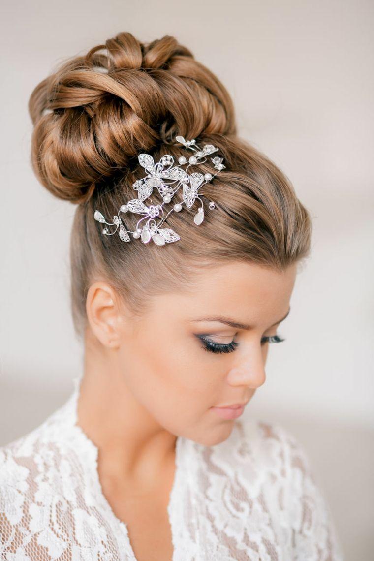 mono-clasico-detalle-decorativo-pelo-opciones-peinado