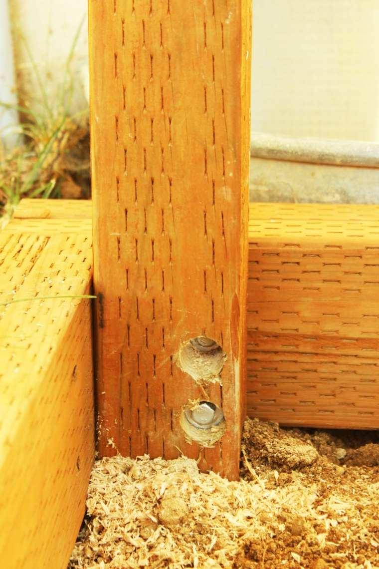 los tornillos tirafondo desde el lado del poste hasta el marco doblado