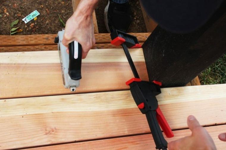 construir una plataforma de madera para el jardín