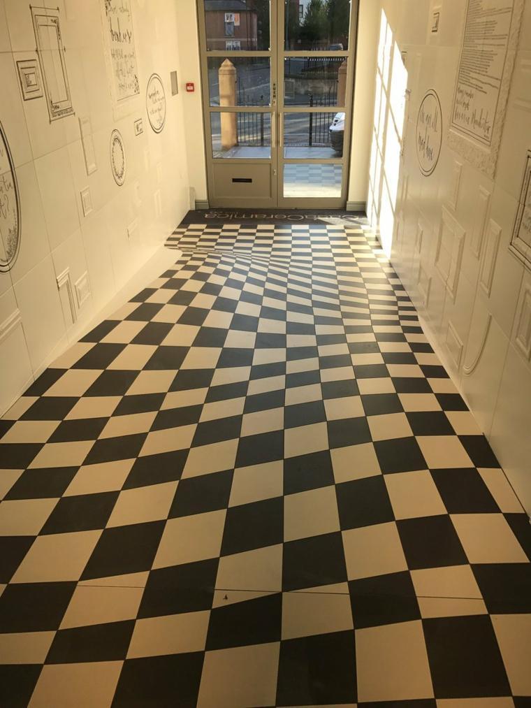 suelo de azulejos de cerámica que forma ilusiones