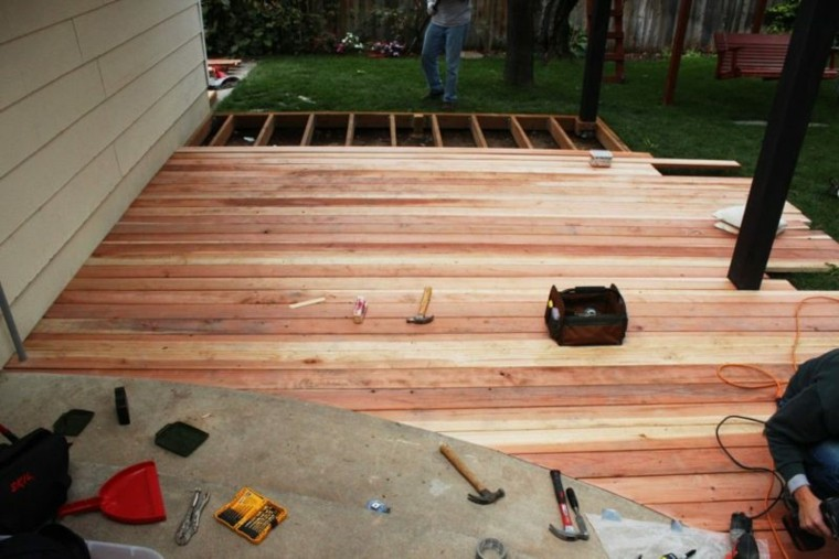 montar una plataforma de madera en el jardín