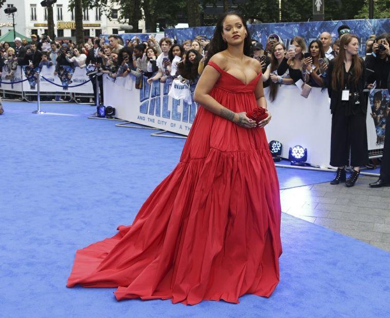Rihanna-de-rojo