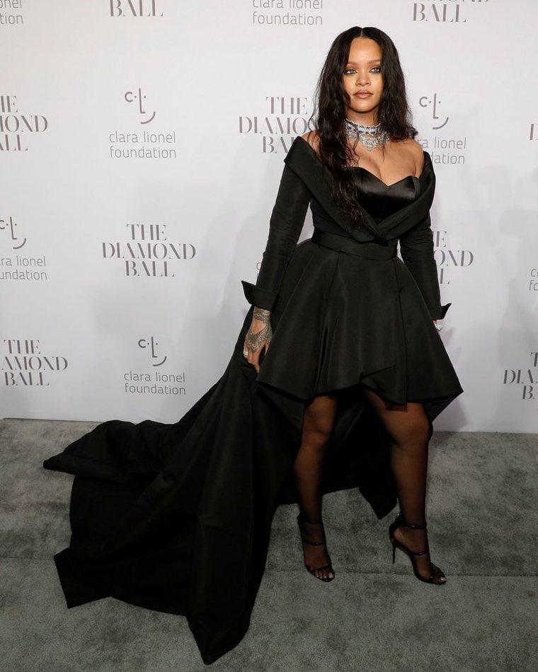 Rihanna-en-negro