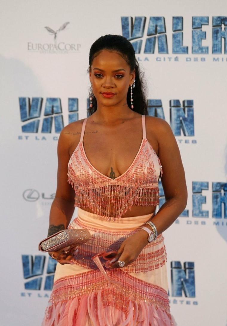 Rihanna en-vestido-rosado
