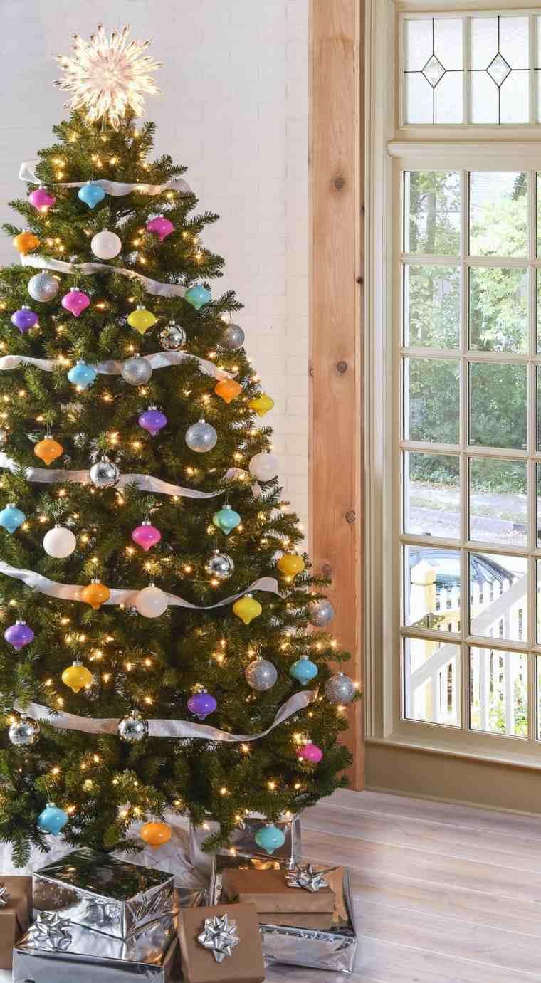 arboles-de-navidad-decorados-ideas-adornos-distintos-colores