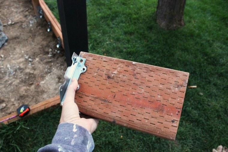 instalar las vigas de una plataforma de jardín