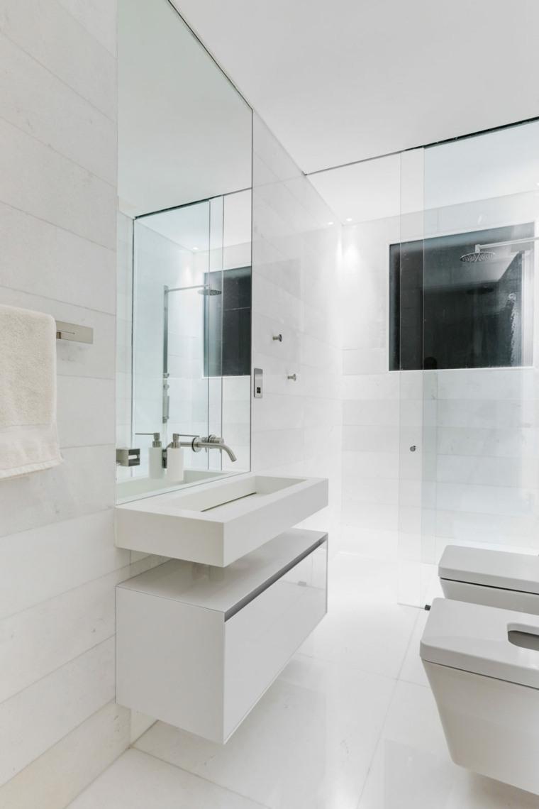 cuarto baño claro blanco